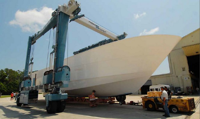 Hatteras motor yacht 100 Raised Pilothouse transferred to the large travel lift