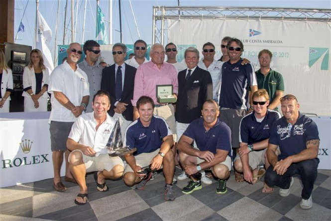 From left- Riccardo Bonadeo, YCCS Commodore, Gian Riccardo Marini, General Director of Rolex SA with the crew of BELLA MENTE - Photo Carlo Borlenghi