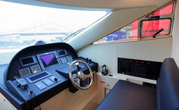 Luxury yacht Horizon E70 - Wheelhouse
