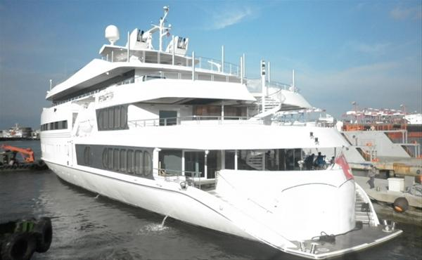 Luxury yacht Saluzi - rear view