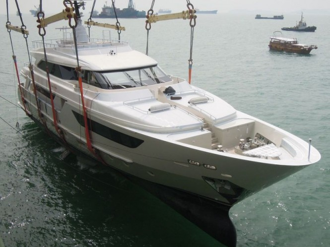 SD122 yacht Lady Cecilia touching the water