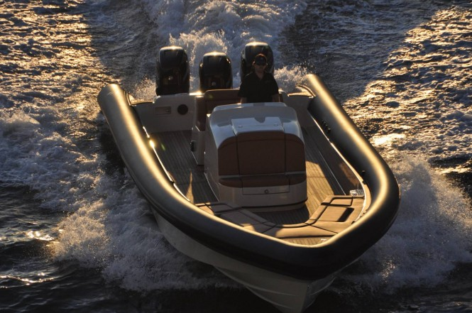 Yellowfin Custom 40 superyacht tender - front view