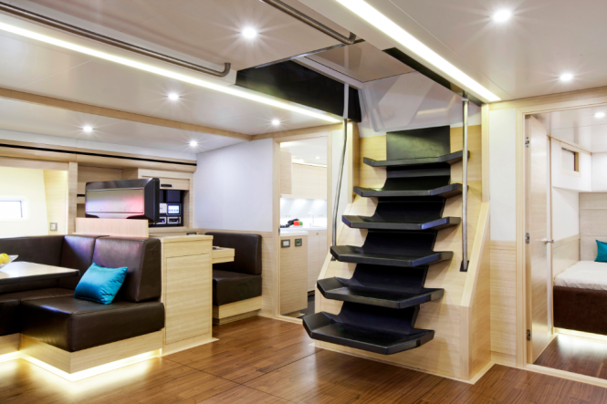 Luxury yacht Hamilton - Salon with chart table