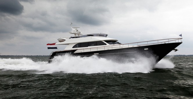 Continental II 23.00 Flybridge Yacht at full speed