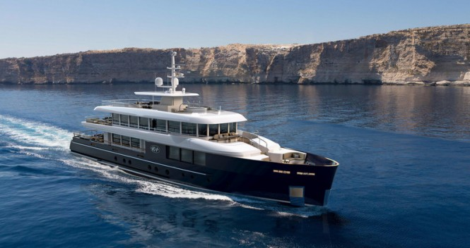 Luxury yacht Filante 42 at full speed
