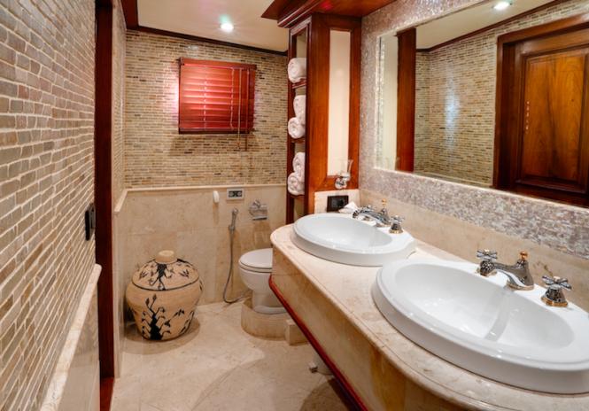 Luxury phinisi Mutiara Laut - VIP bathroom