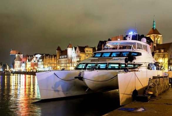 Luxury yacht BOUNTY - front view