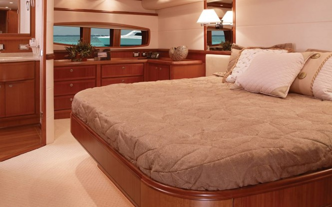 Luxury yacht Betram 70 Convertible - Cabin