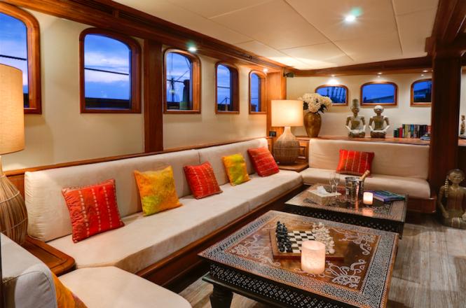 Mutiara Laut yacht - Saloon