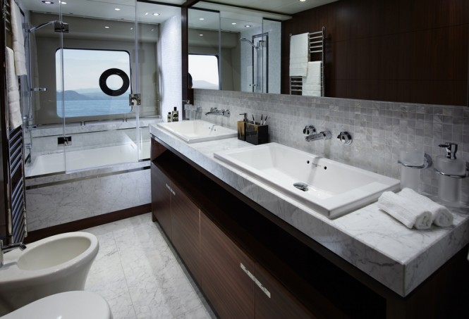 88 Motor Yacht - Owners Bathroom
