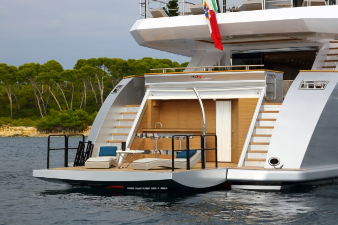 Luxury yacht 40s Hybrid - aft view