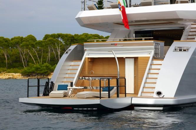 Luxury yacht 40s Hybrid - aft view