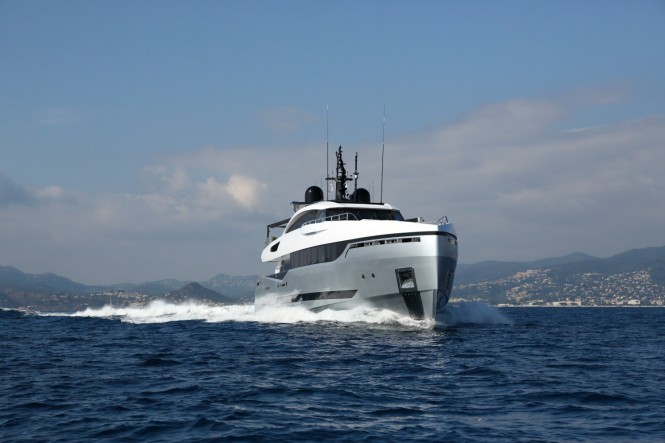Luxury yacht 40s Hybrid - front view