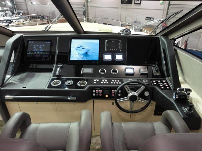 Sunseeker 75 Yacht - Wheelhouse
