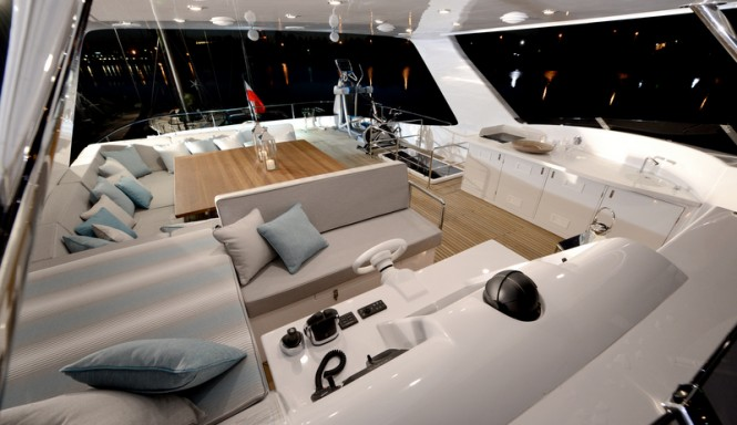 Luxury yacht 1 Life - Flybridge