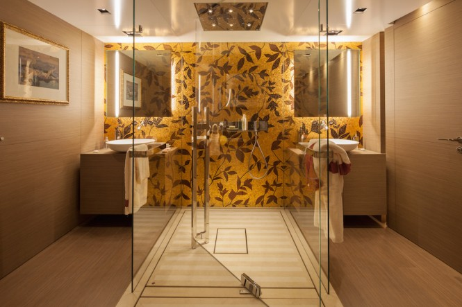 SARAMOUR Yacht - Upper Deck owners bathroom