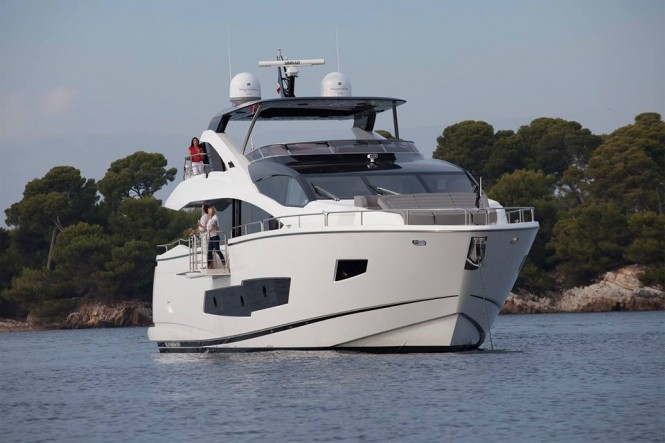 Sunseeker 86 Yacht - front view