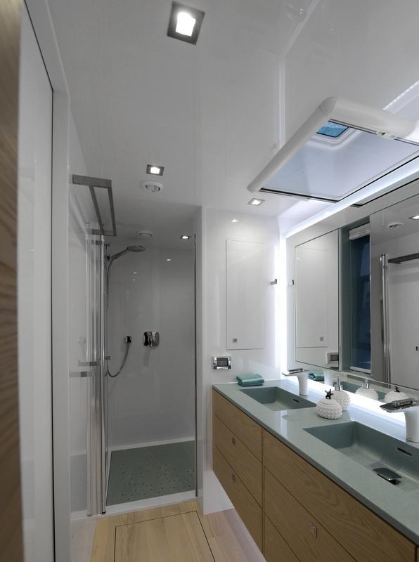 Sailing yacht WildBerry - Bathroom