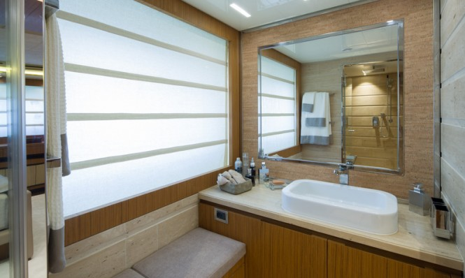 YOLO superyacht - Bathroom
