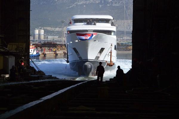 Superyacht Katina hitting the water - Photo by Brodosplit