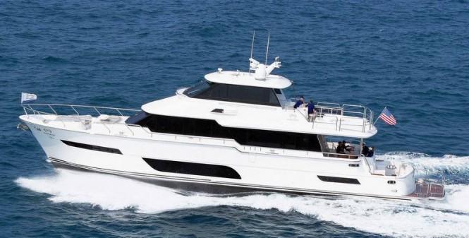 Luxury motor yacht Horizon V80 underway