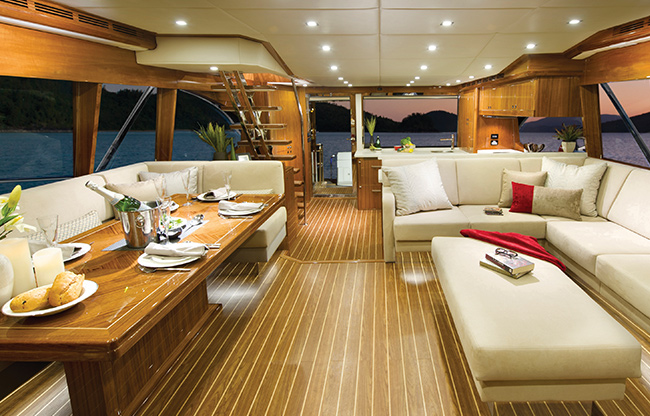 Luxury yacht Seabreeze - an opulent saloon comparable to a world-class resort