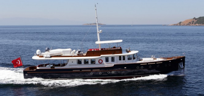 28,5m luxury yacht Darwin underway