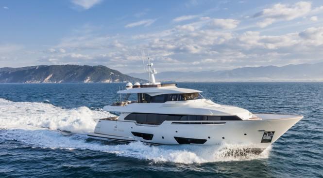 Custom Line motor yacht Navetta 28 underway