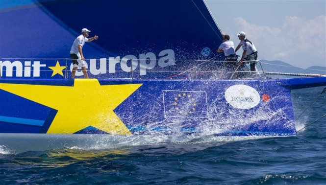 Teamwork at the bow of ESIMIT EUROPA 2 Yacht - Photo by Rolex Carlo Borlenghi