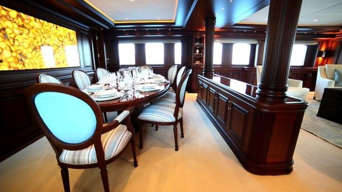 Classic 160 yacht Clarity maindeck saloon