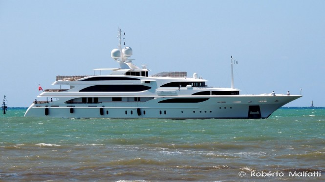Luxury yacht I DYNASTY - side view - Photo by Roberto Malfatti