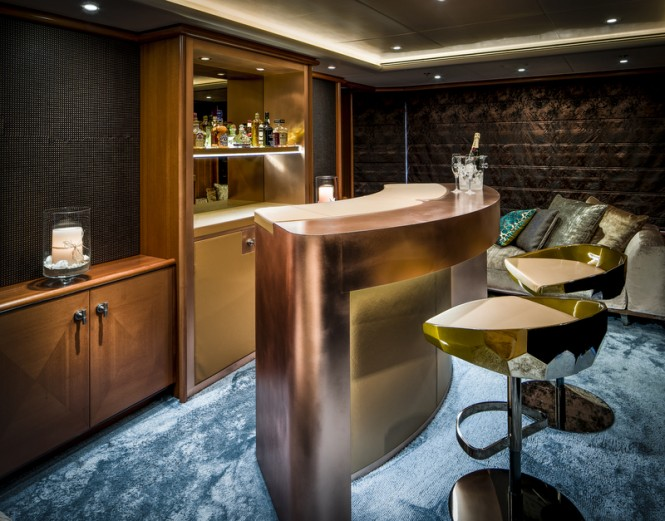 LADY INDIA Yacht - Bar - Photo by Peter Baas