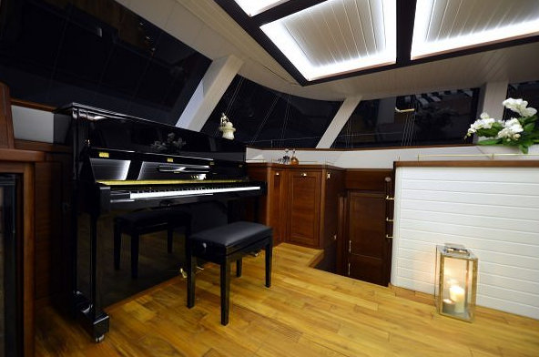 Lucy Z Yacht - acoustic Yamaha piano