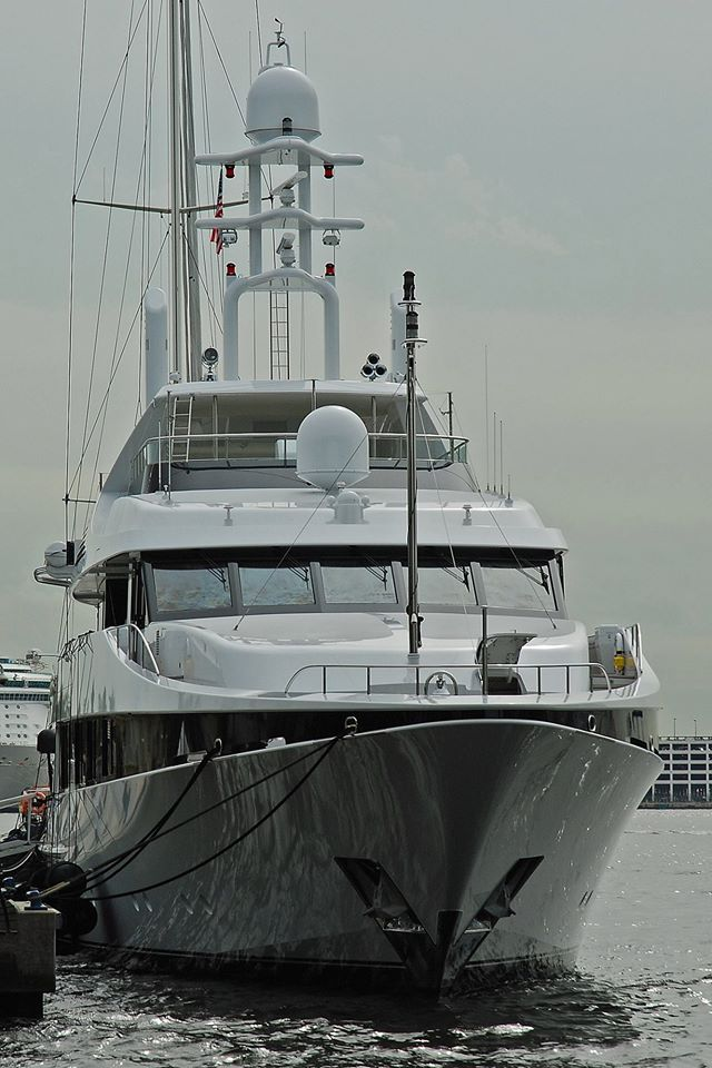 KISSES - Photo by Rob Murray and Feadship Fanclub