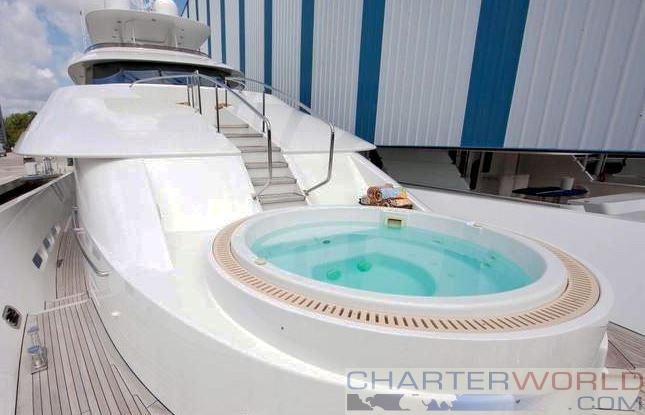 Motor yacht CHASING DAYLIGHT - Foredeck Jacuzzi