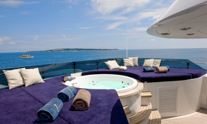 Luxury yacht INSIGNIA - Jacuzzi and sunpads