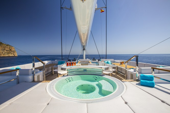 AQuiJo jacuzzi on board - Photo by Stuart Pearce