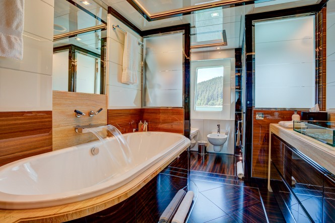 Icon Motor Yacht PARTY GIRL - Master ensuite