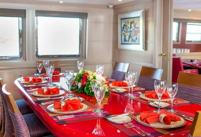 Luxury yacht CHEETAH MOON - Dining room