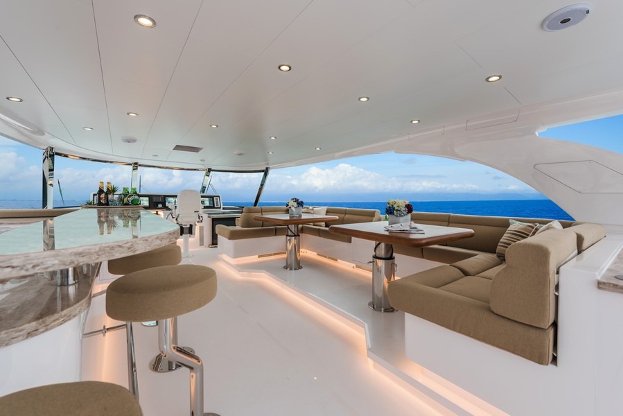 The Horizon Yacht E98 - Do It Now - flybridge