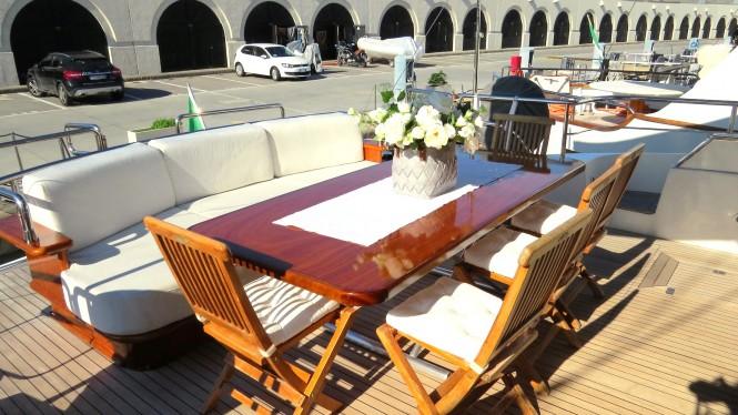 Alfresco dining aboard luxury yacht SANTA LUCIA FAST