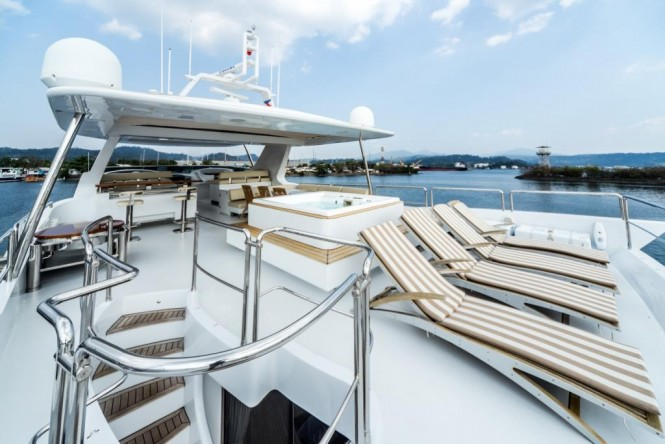Superyachts ANTONIA II - Sundeck with Jacuzzi and sunpads
