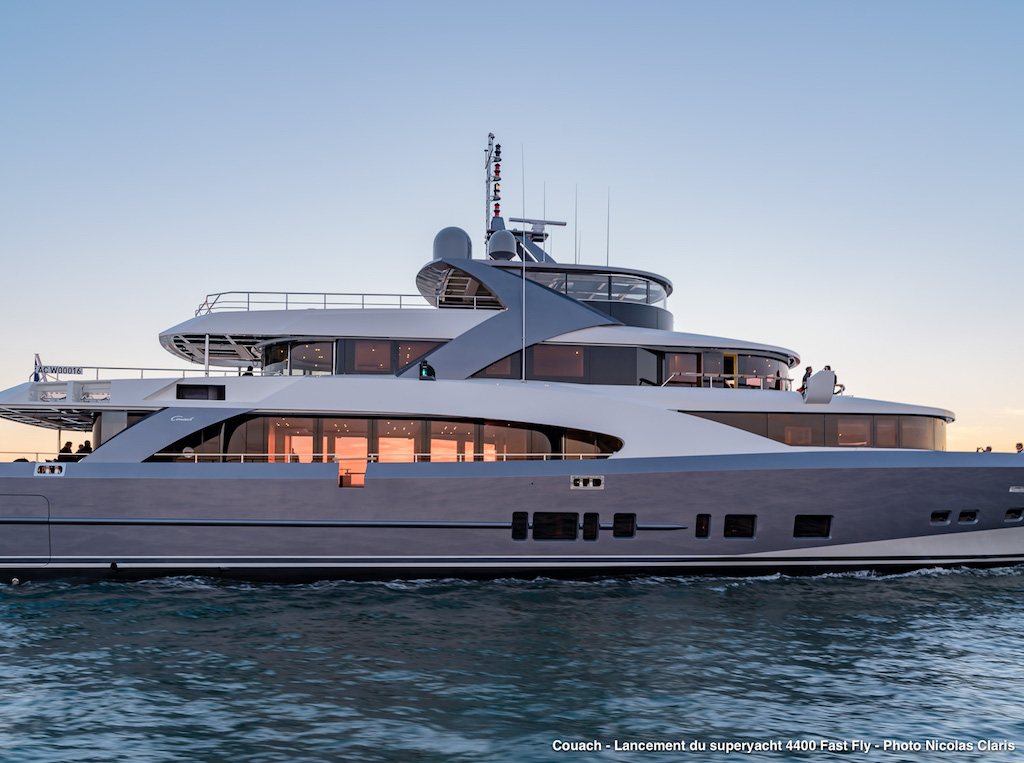 Motor yacht 440 FAST FLY - exterior - side view close-up