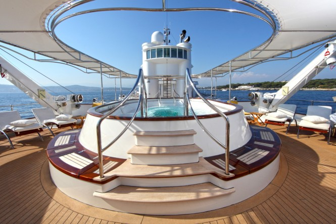 Sundeck spa pool and sun loungers - Luxury yacht SHERAKHAN
