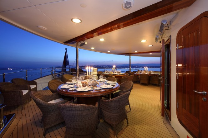 Superyacht SHERAKHAN - Alfresco dining on the upper deck aft