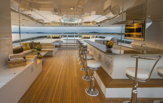 Superyacht SILVER LINING - Wet bar, seating and forward view