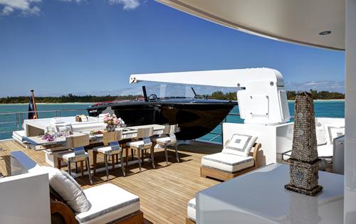 Luxury yacht HIGHLANDER - Alfresco dining on the sundeck