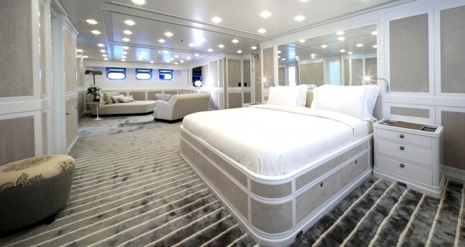Luxury yacht SPIRIT OF THE C'S - Master suite with private lounge
