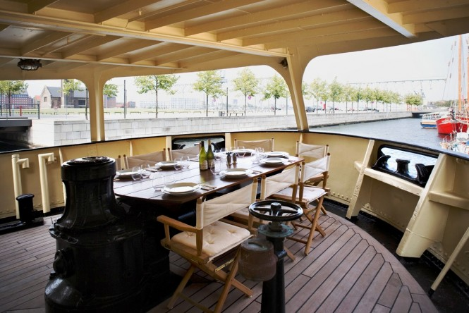 Motor yacht NAVIGATOR - Alfresco dining on the main deck