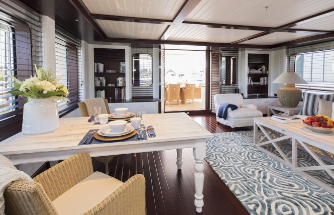 Hakvoort My Soprano bridge deck salon table and sofa
